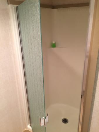 Mountainside Inn: Small showers big enough for one person