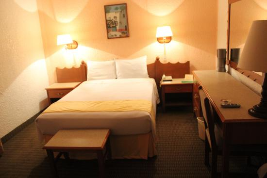 Hotel Maria Cristina: My room, comfy but no a/c.