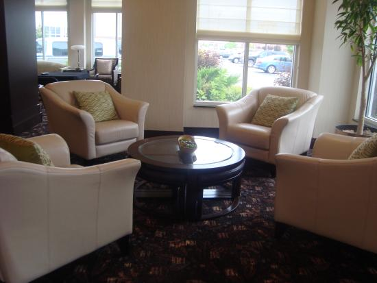 Hilton Garden Inn Fargo: Large sitting area in lobby near fireplace.