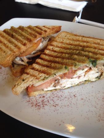 ピカズ カフェ, バジルペーストが美味しいチキン、ハム、トマトのサンドイッチ