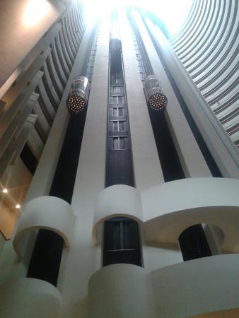 Tiong Bahru, Singapur: Schuttle time - bar - lift