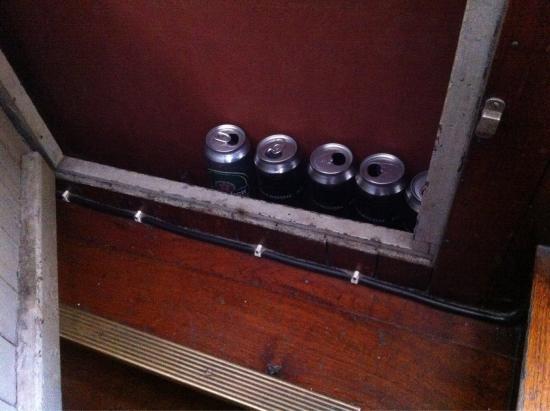 Botel Maastricht : Canettes abandonnées dans un placard..