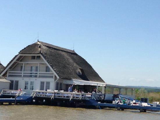 Haus Im See: Hotelansicht bei Bootsanreise