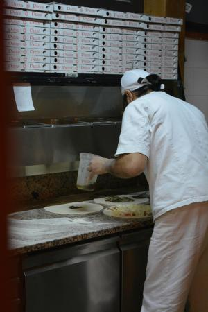 Santa Teresa di Riva, Italia: Gourmet pizza in the making