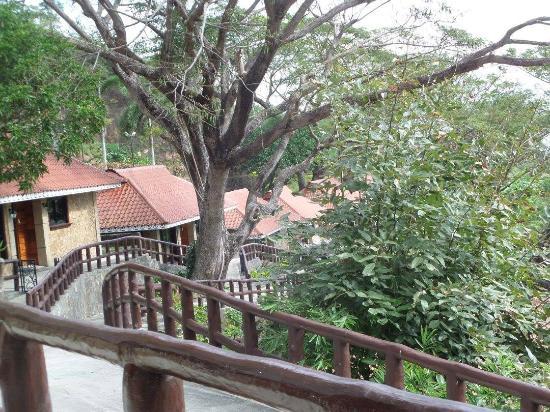 Sol Y Viento Mountain Hot Springs Resort: Walkway outside our villa