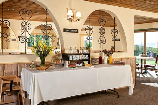 Lodge at Bromley: Complimentary Breakfast Awaits!