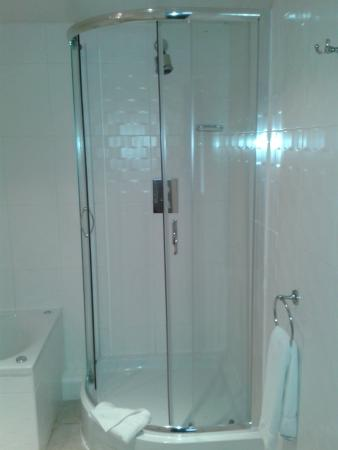 Waterfront Lodge: Newly refurbished ensuite shower room