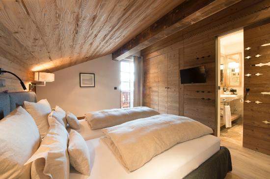 Schlafzimmer mit Alpenlook - Bild von Lech Lodge, Lech - TripAdvisor