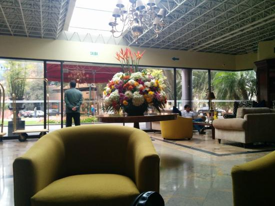 Suites Del Bosque Hotel: Lobby and piano bar