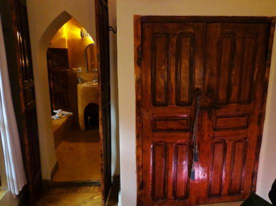 Riad Villa El Arsa : view from room to bathroom