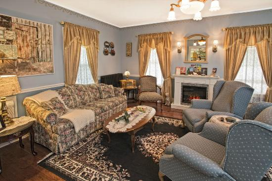 Taghkanic, Estado de Nueva York: Our Sitting room with fireplace