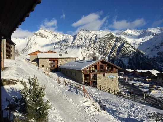 Les Balcons de la Rosiere : View from lounge of skiable path back to chalet from the run