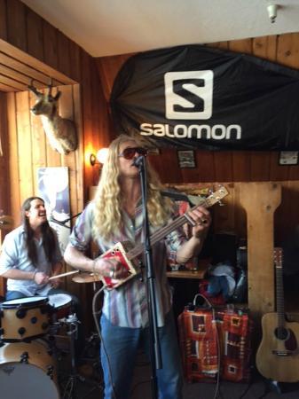 Alta Peruvian Lodge: Live music at the bar