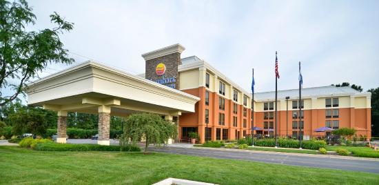 Comfort Inn and Suites: Hotel Exterior
