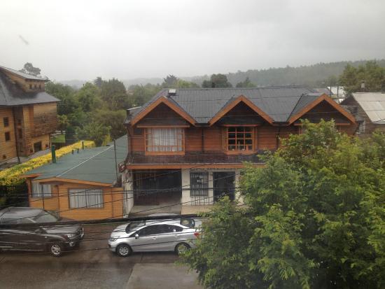 Hotel Vientos del Sur: desde ventana habitación, nublado, al fondo vista al volcán