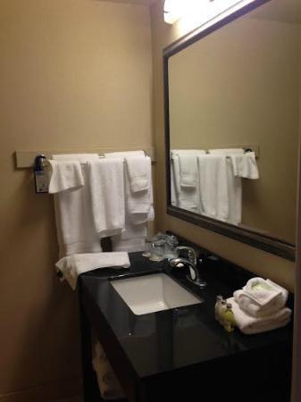 Best Western Plus Heritage Inn: Small bathroom but clean