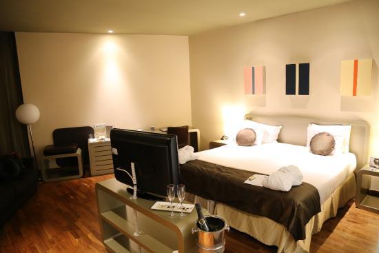 Chambre 314 - salle de bain avec solide tache d\'humidité au plafond ...