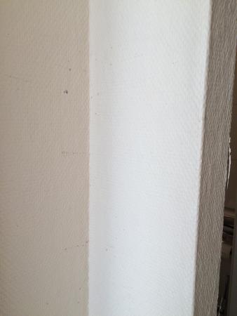 Arthotel Ana: Flecken und Risse auf der Tapete
