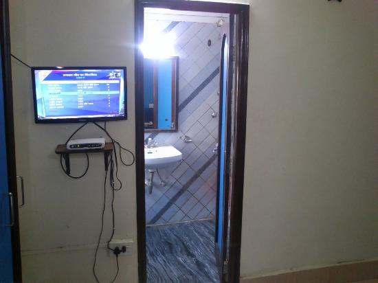 Hotel Heera International: Barthroom in front of Bed