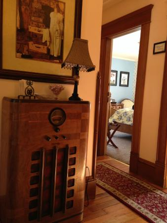 Abigail's Bed and Breakfast Inn: Warmth from the hallway