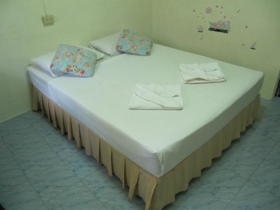 บ้านร่มไม้ รีสอร์ท: bed