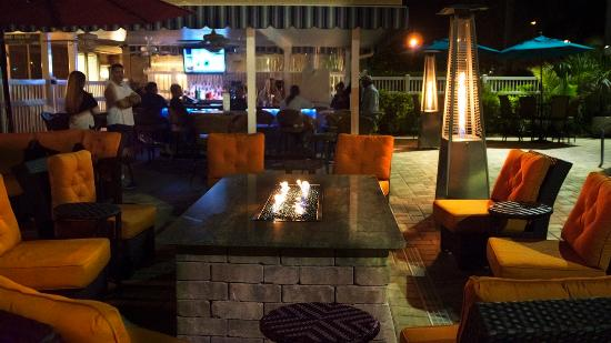 Best Western Plus Siesta Key Gateway: Firepit and Outdoor Living Area