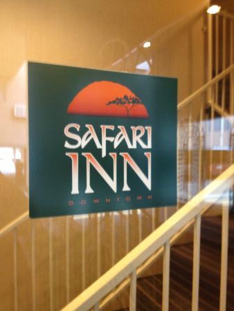 Safari Inn Downtown: Safari Inn key card entrances with covered parking