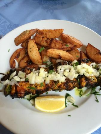 Rozafa: Chicken skewers and chips
