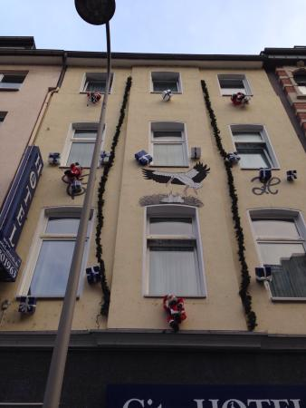 City Hotel Storch : The front of the hotel, dressed up for Christmas