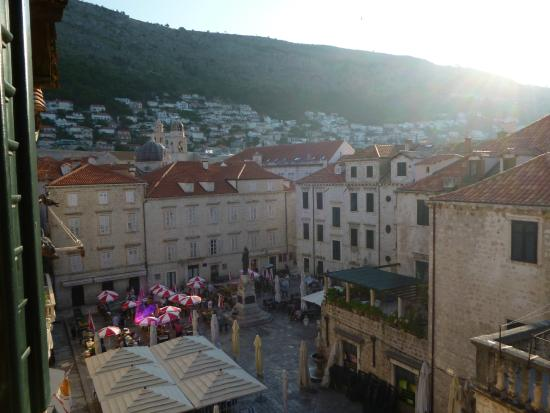 Apartments Placa Dubrovnik: View of square from room, with plenty of market stalls and few restaurants