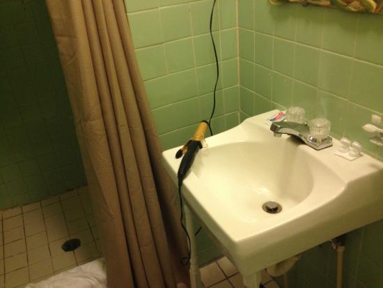 Inn at Tamarind Court: Bathroom sink and shower