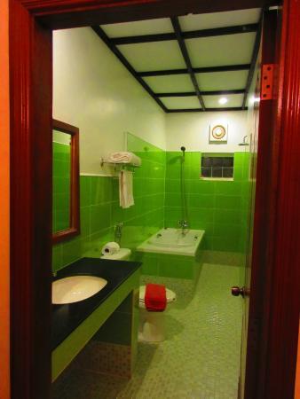 Auberge Mont-Royal d'Angkor: La salle de bain