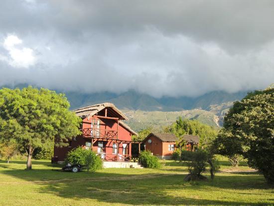 Cabañas Solarium del Valle: Cabañas y la vista de las sierras.