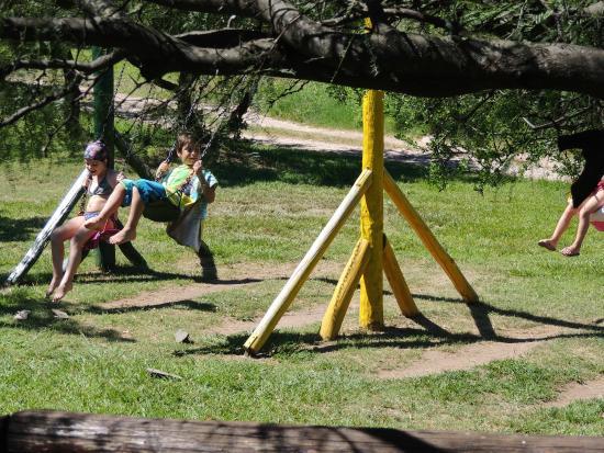 Cabanas Solarium del Valle : Juegos para niños al lado de la pileta.