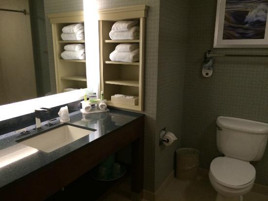Holiday Inn Express Warwick/Providence : Bathroom
