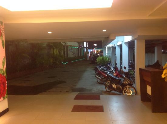 Beach Terrace Hotel Krabi: вид с ресепшн на въезд в отель