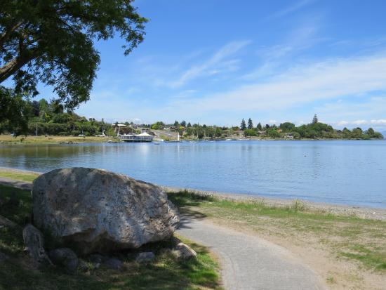 Lake Edge Resort: Walking Path