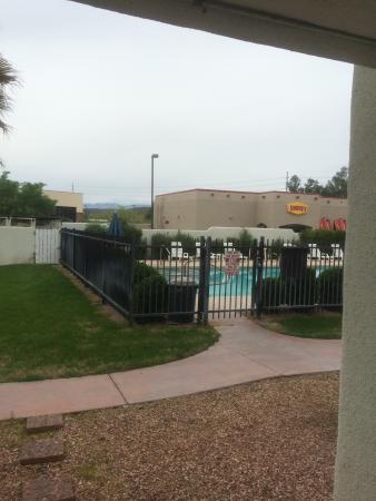 Los Viajeros Inn: The pool and Denny's.