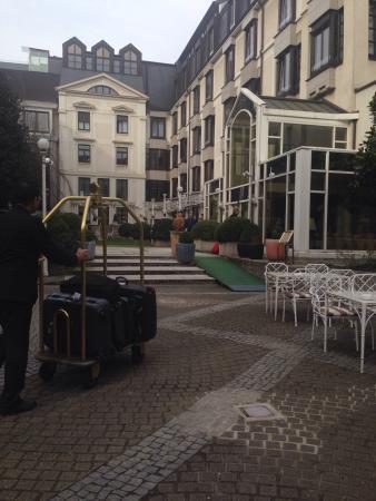 Der Europäische Hof Heidelberg: Hotel entrance. Really elegant
