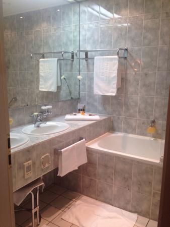 Der Europäische Hof Heidelberg: Bathroom. Really clean and nice