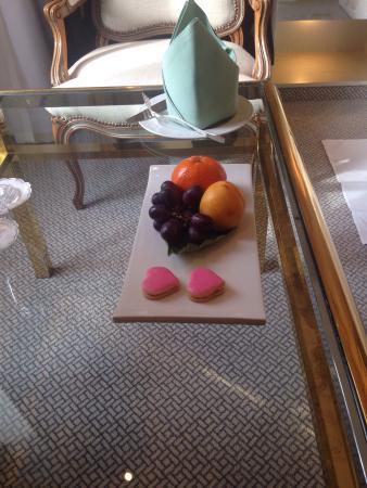 Der Europäische Hof Heidelberg: Complementary fruit and pastry at arrival