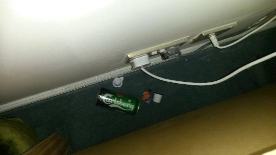 Gleddoch Hotel, Spa & Golf: Our filthy room! Burst mattress and lethal lamp.
