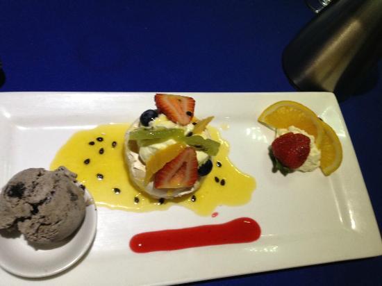 George's Paragon Seafood Restaurant Mt. Tamborine: Pavlova Dessert