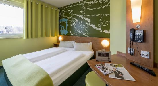 B&B Hotel Augsburg: Zimmer mit französischem Bett