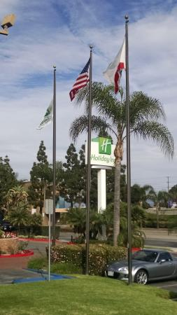 Holiday Inn Santa Ana-Orange County Airport : Motel Sign with Flags