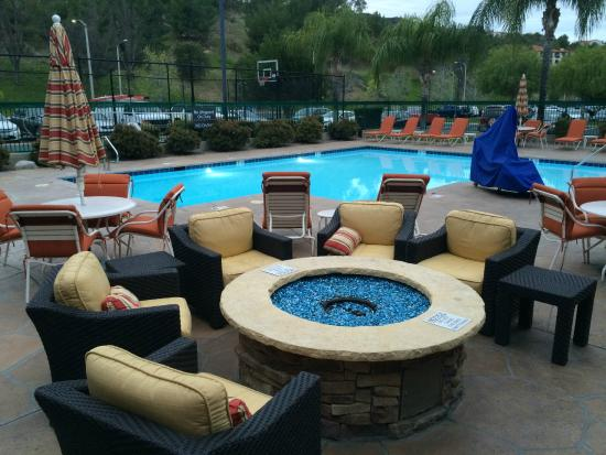 Residence Inn Santa Clarita Valencia: The pool and fire pit