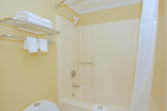 Super 8 Cartersville : Bathroom