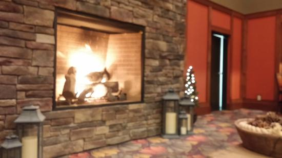 Vernon Downs Hotel: Fireplace in Lobby