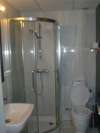 Apartamentos Mariscal : seperate bathroom