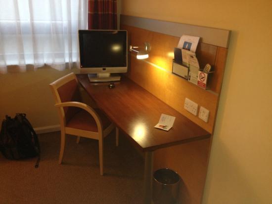 Holiday Inn Express London - Golders Green North: Desk Area